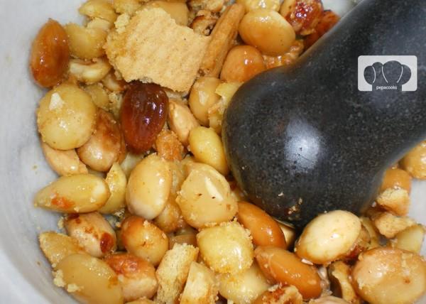 Machacamos los frutos secos y las galletas