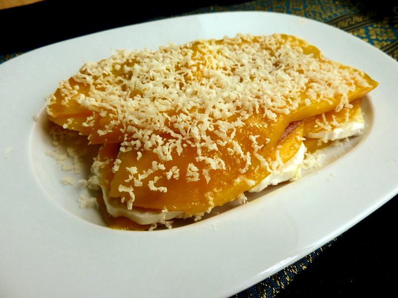 Canapé navideño: Milhojas de mango, queso de cabra y anchoas