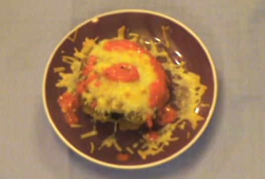 Videoreceta: Musaka de bonito del norte con queso gratinado y salsa de piquillo