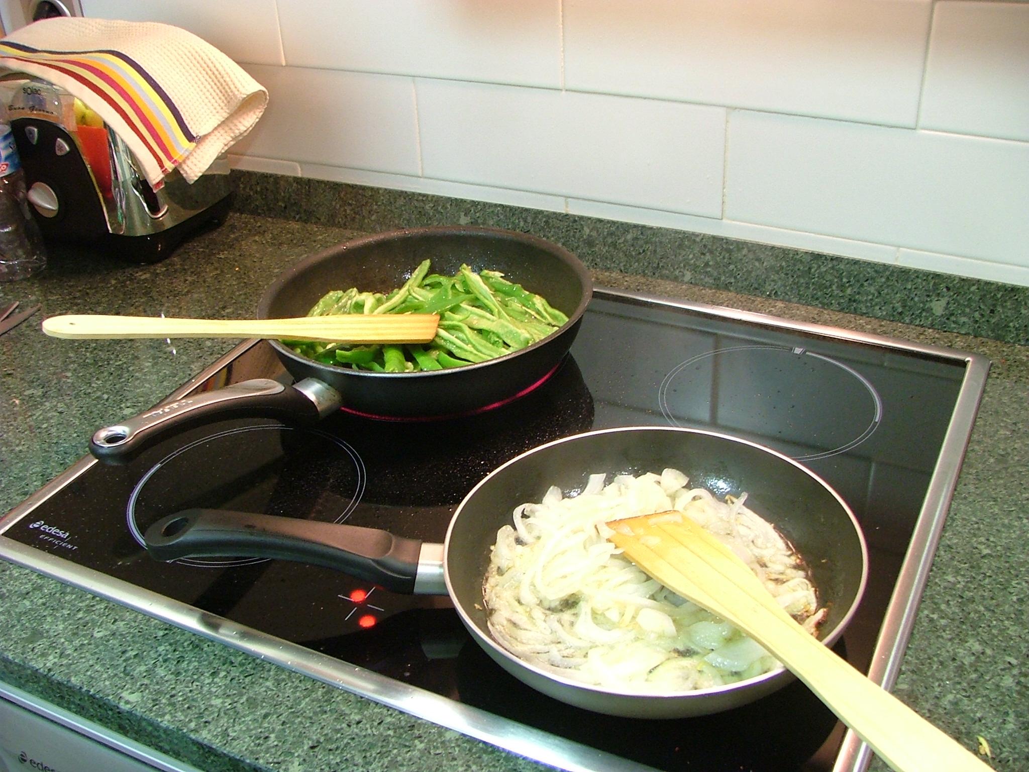 Freir los pimientos y la cebolla