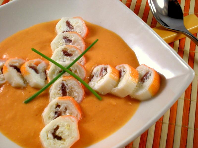 Rollitos de cangrejo rellenos de anchoa sobre salmorejo
