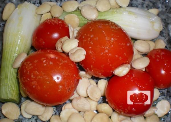 Asamos los tomate, frutos secos y la cebolla