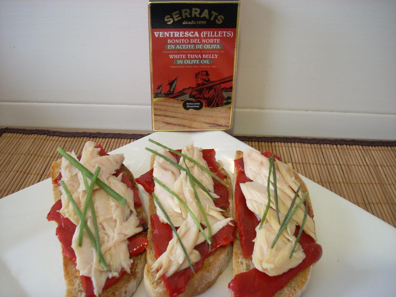 Tosta de chapata con piquillos y ventresca de bonito del norte de Conservas Serrats