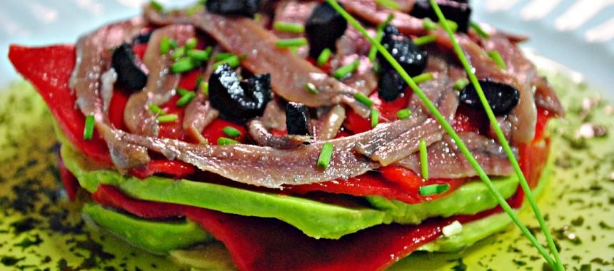Aguacate con anchoas, piquillos y ajo negro