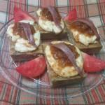 Anchoa sobre mousse de alcachofa con queso confitado en miel de azahar y cebolla caramelizada
