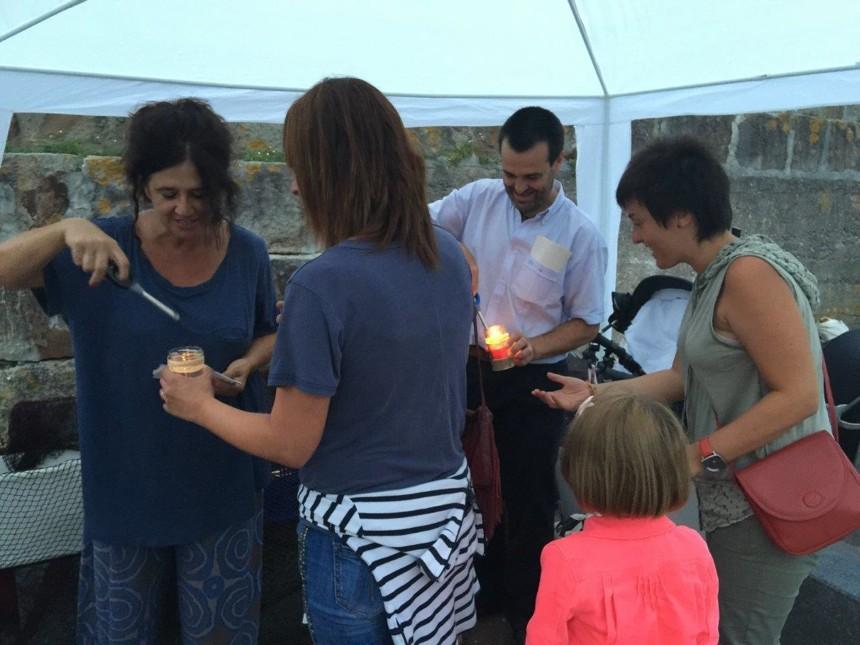Encendiendo velas para la procesión en homenaje a los arrantzales