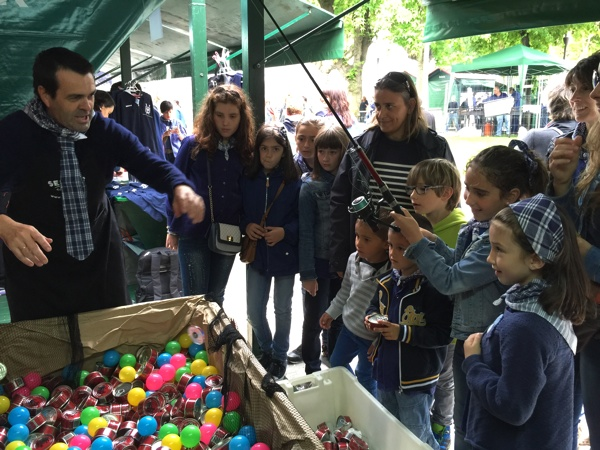 Peques jugando al juego solidario de Conservas Serrats
