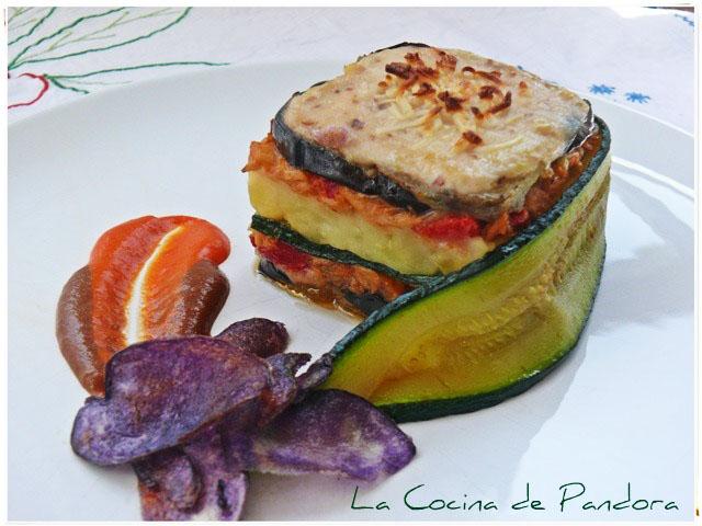 Timbal de berenjena con bonito, calabacín y patatas violetas