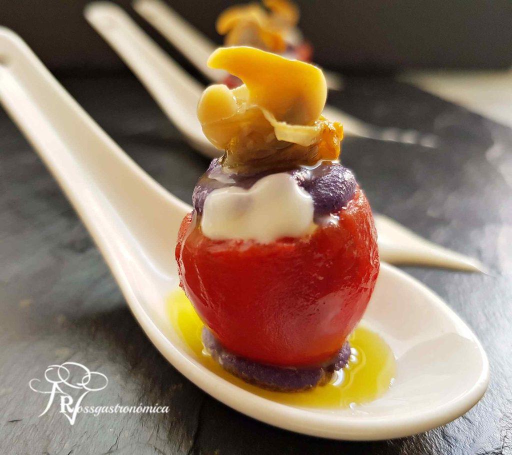 Bombón de cherry con parmentier morada y berberechos