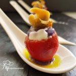 Canapés de Navidad: Bombón de cherry con parmentier morada y berberechos