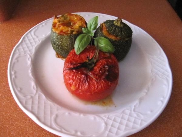 Calabacines y tomates rellenos de verduras y bonito del norte