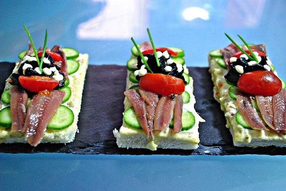 Canapes de anchoas del Cantabrico, pepinos Baby, crema tartara y ajo negro