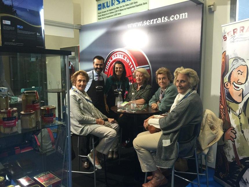 Clientas en el stand de Conservas Serrats