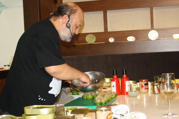 Sacha Hormaechea en el Showcooking con conservas de pescado