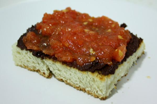 Pan, paté de olivas negras y tomate