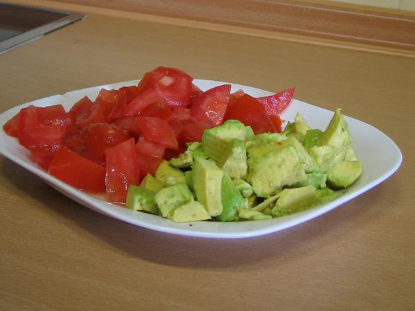Este es el tamañao de los cubos de aguacate y tomate