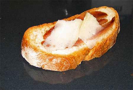 Colocamos el queso encima de las anchoas...