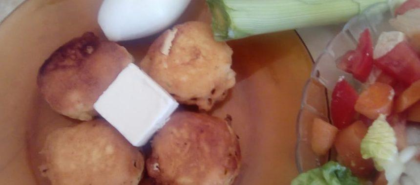 Crujientes de bonito con queso y ajo negro