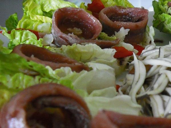 Cogollos con anchoas del cantábrico y gulas