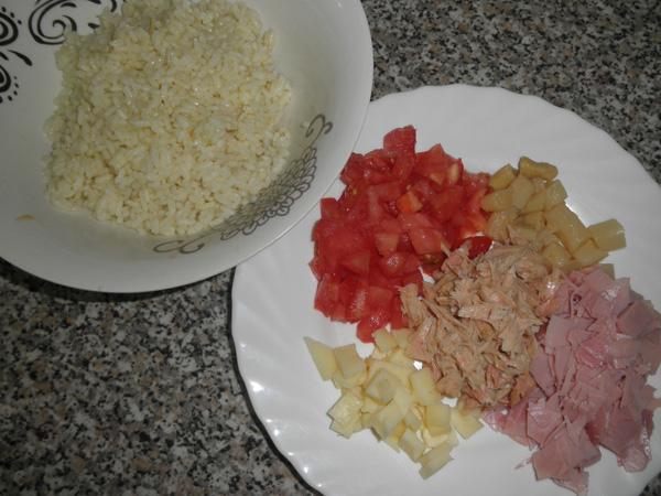 El arroz, ya cocido, y el resto de los ingredientes troceados.