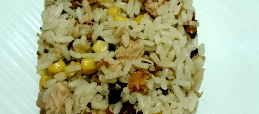 Ensalada de arroz y frutos secos con atún