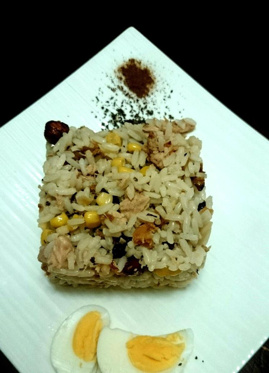 Ensalada de arroz con frutos secos y atún claro