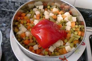 Mezclar los ingredientes de la ensalada de lentejas