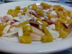 Ensalada de ventresca y anchoas con guindillas