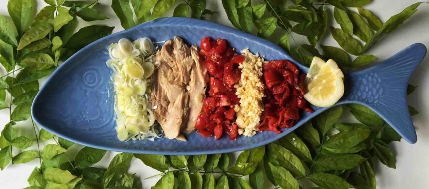 Ensalada de ventresca con pimientos de piquillo y tomates