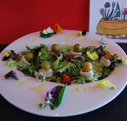 Ensalada verde con boquerones en vinagre y flores comestibles