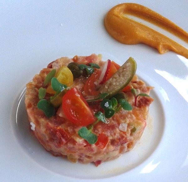 Ensaladilla con salsa romescu