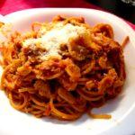 Espaguetis de ajo y guindilla, con atún y albahaca
