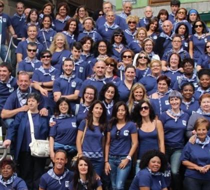Foto de grupo de empleados y ex empleados jubilados