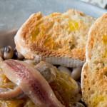 Fréjoles con cebolla y anchoas