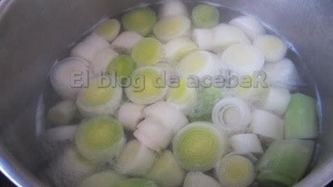 Hervir los puerros en agua con una pizca de sal