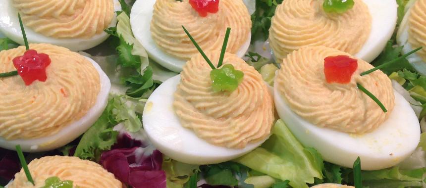 Huevos rellenos de atún y pimientos del piquillo