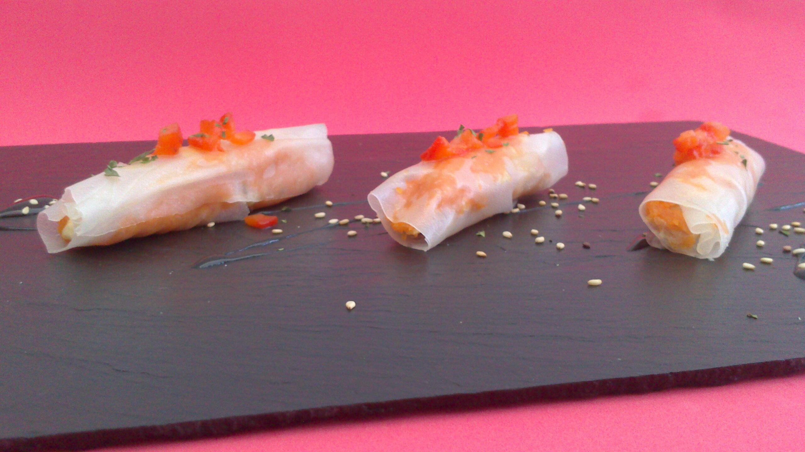 Obleas de arroz rellenas de mousse de atún y piquillos