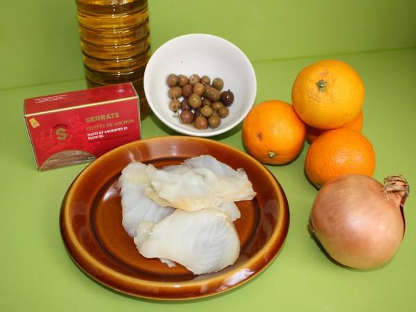 Ingredientes para la ensalada de anchoa, bacalao y naranjas.