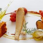 """Lomos de bonito del norte con aceite de oliva """"Serrats"""", pan de tomate y reducción de chipirón"""
