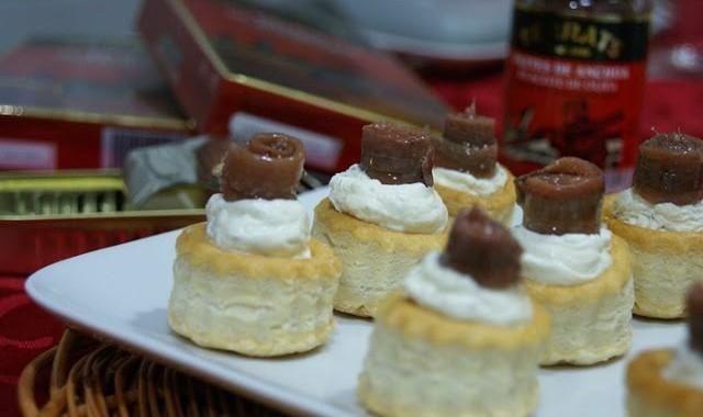 Canapés de Navidad: Minivolovanes de anchoas y queso a las finas hierbas