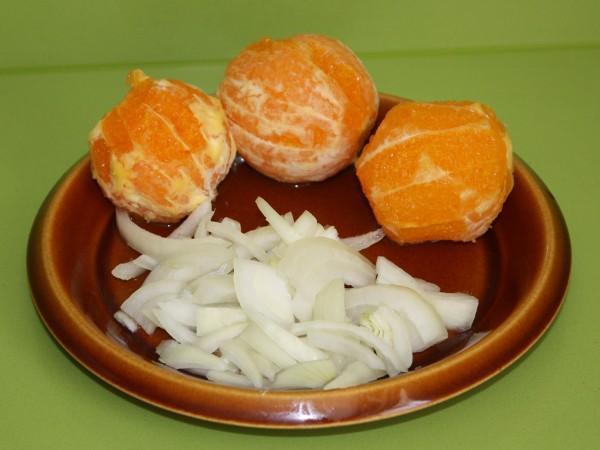 Pelar las naranjas y cortar la cebolla...