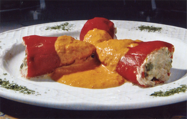Pimientos del piquillo rellenos de bonito con salsa caliente de pimientos