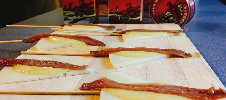 Pincho de queso con salsa de miel y mostaza