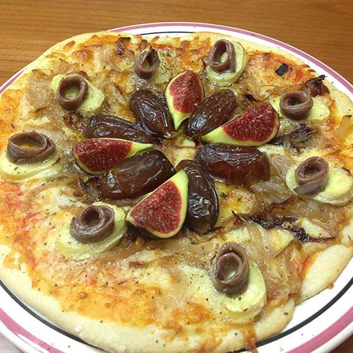 Pizza casera de anchoas y dátiles