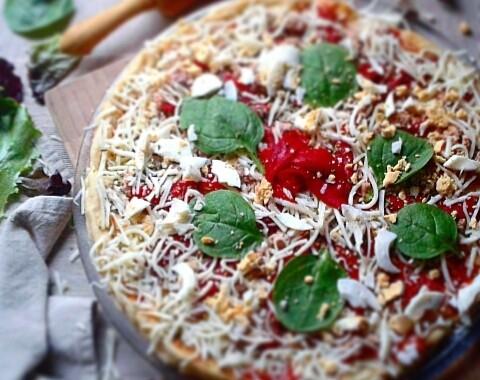 Pizza casera de bonito del norte y piquillos