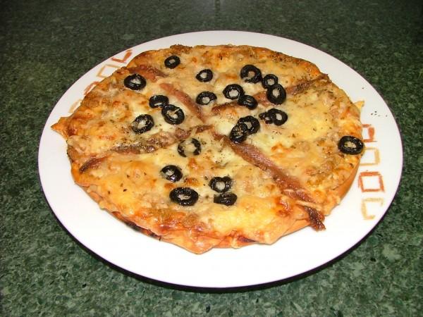 Sacamos la pizza del horno y... ¡lista para comer!