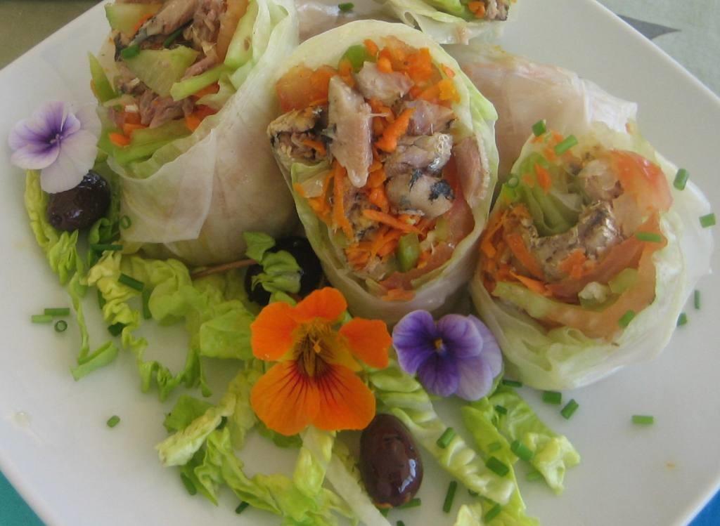 Obleas de arroz con sardinillas y flores comestibles