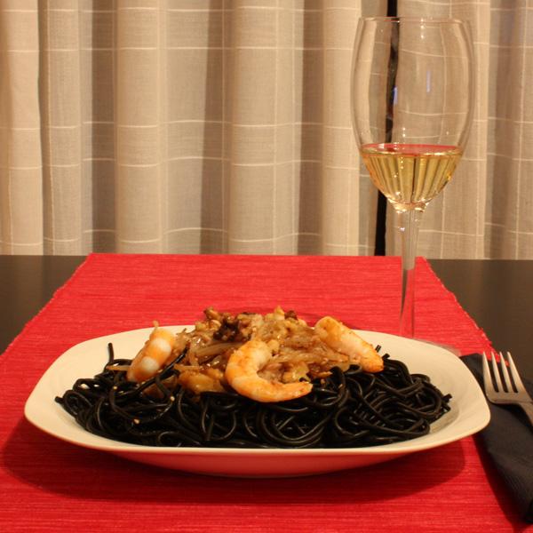 Un buen vino blanco le vendrá bien a este plato de Bonito con pasta negra