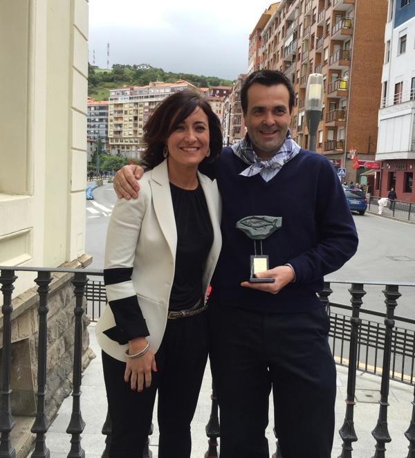 Ignacio Serrats con el Premio Hegaluze y la alcaldesa de Bermeo