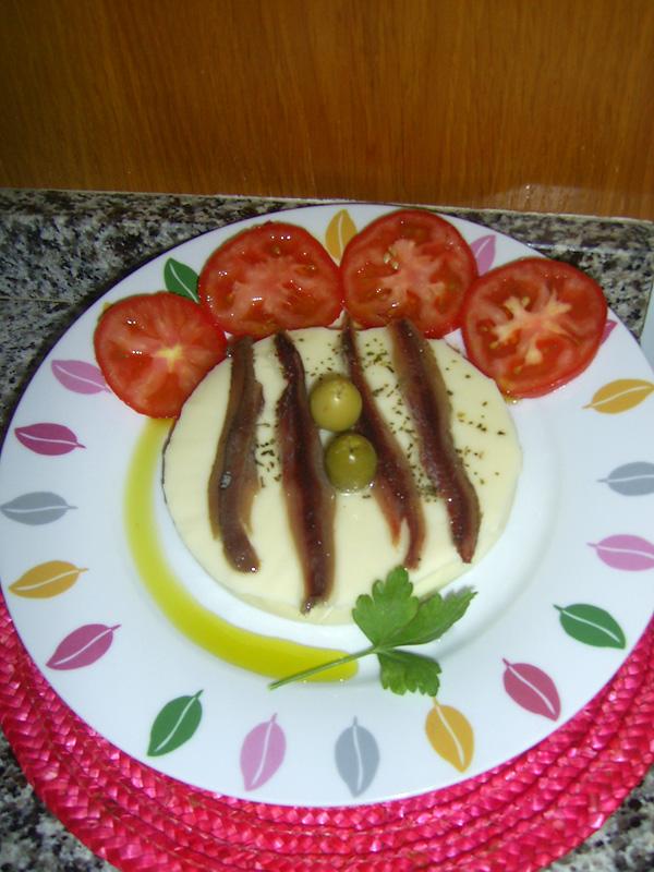 Ensalada de provolone al orégano con anchoas del Cantábrico
